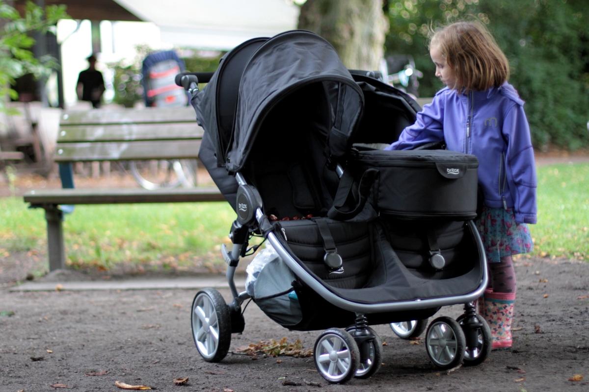 Städtetrips mit zwei kleinen Kindern? Unsere Autorin Jana erkundet Hamburg mit dem Geschwisterwagen von Britax Römer (Werbung)